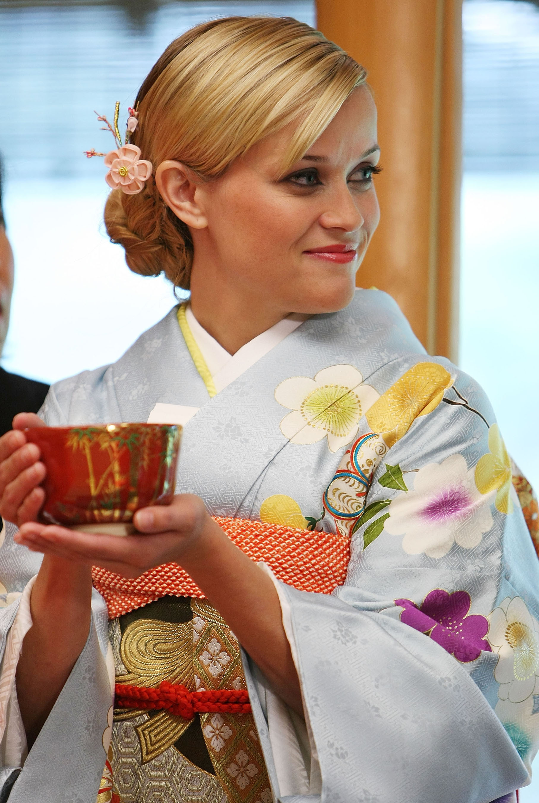 http://ch.ai/wp-content/uploads/2008/10/reese-witherspoon-japanese-tea-ceremony-avon-global-ambassa2.jpg